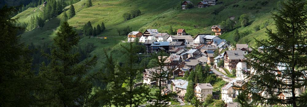 village-le-Cassu-au-centre-avec-sa-façade-rose